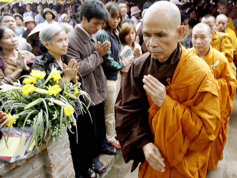 El austero monje budista que fundó un negocio millonario y se hizo gurú de Madonna
