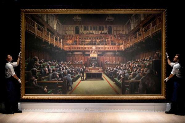 Venden una obra de Banksy con el Parlamento británico lleno de chimpancés por 11 millones de euros