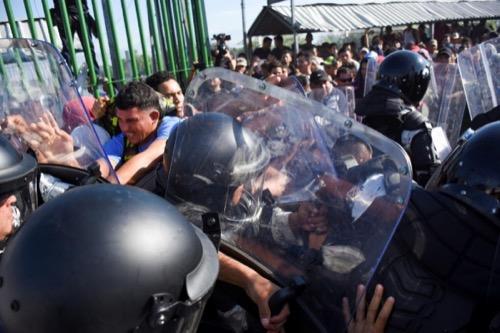 México se enfrenta con gas pimienta a la Caravana Migrante antes de cerrar su frontera con Guatemala