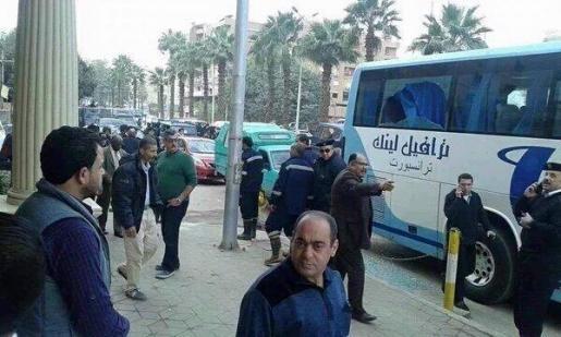 Hombres armados disparan contra un autobús de turistas junto al hotel Barceló en El Cairo