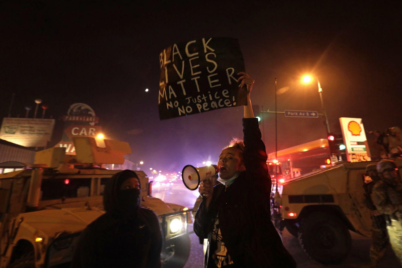 """Los últimos manifestantes de la noche: """"La historia se repite en Minneapolis, pero con teléfonos móviles"""""""