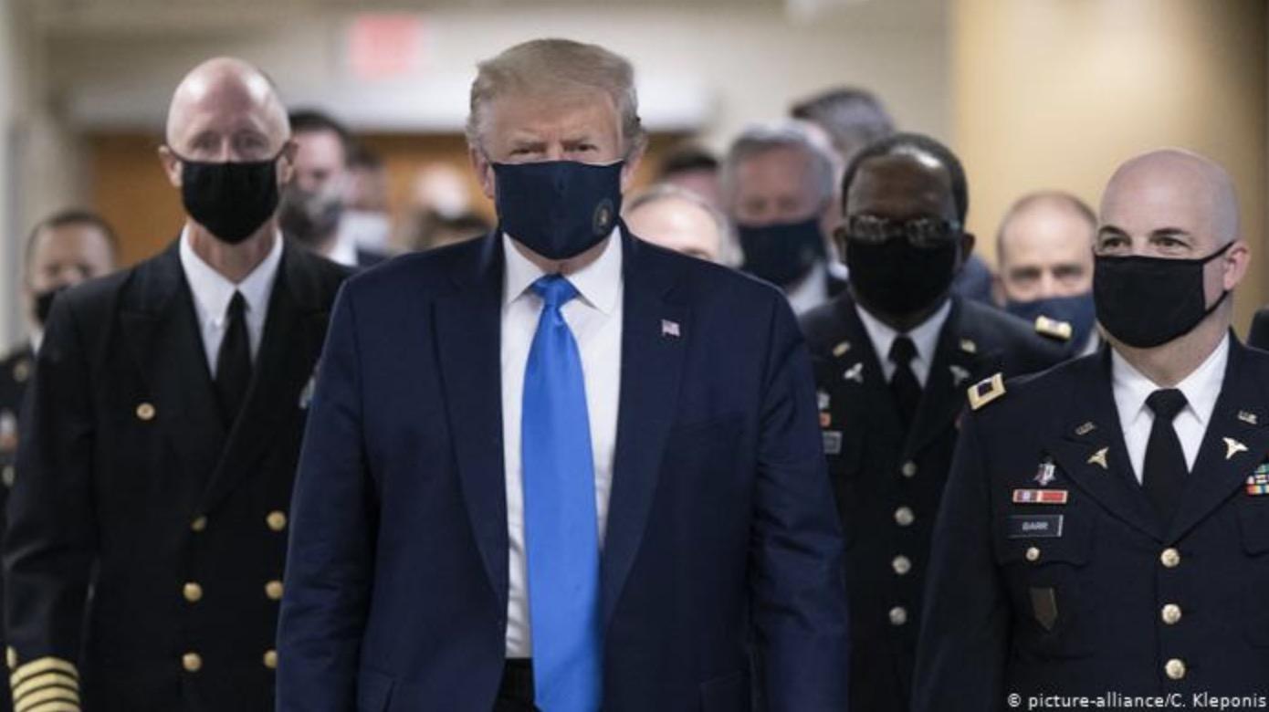 Donald Trump aparece por primera vez usando mascarilla en público