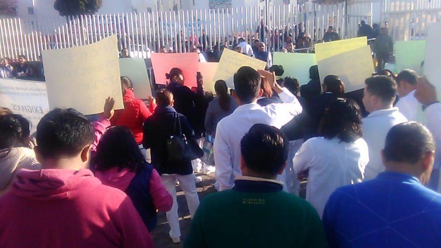 Toman y paran labores los trabajadores de cinco hospitales públicos en Puebla