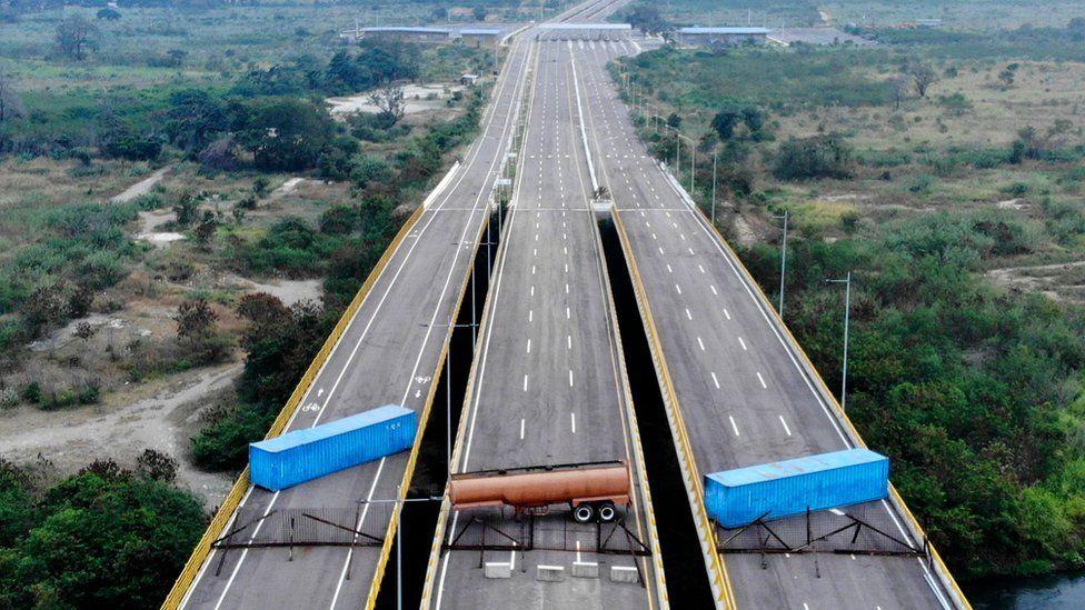 Impactante imagen muestra el bloqueo del puente por el que se espera que ingrese ayuda humanitaria a Venezuela