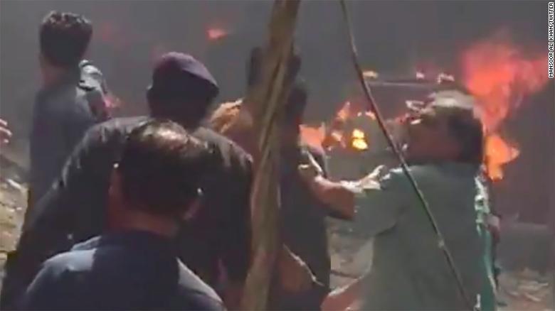 Avión de Pakistan Airlines se estrella en Karachi