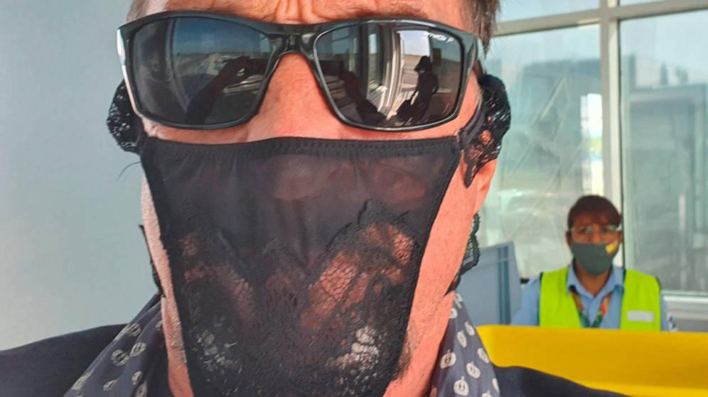 Detienen al fundador del antivirus McAfee por usar un tanga como mascarilla
